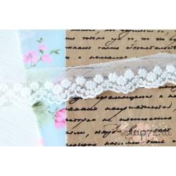 Кружево декоративное на сетке, 2,5 см, цвет белый, 90 см.